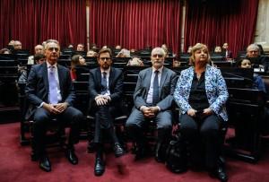 """BS06. BUENOS AIRES (ARGENTINA), 26/05/2016.- Fotografía cedida hoy, jueves 26 de mayo de 2016, de el viceministro de Turismo de Uruguay, Benjamín Liberoff (2d), quien recordó a su padre Manuel, desaparecido en la última dictadura argentina (1976-1983) acompañado por la ministra de Turismo de Uruguay, Lilian Kechichián (d) durante la entrega del premio """"Mención de Honor Juana Azurduy de Padilla en Buenos Aires (Argentina). El senado argentino homenajeó hoy a los políticos uruguayos Zelmar Michelini y Héctor Gutiérrez Ruiz en el 40 aniversario de su asesinato en Buenos Aires, durante las dictaduras militares del Cono Sur, con la entrega del premio """"Mención de Honor Juana Azurduy de Padilla"""". El galardón simboliza un """"repudio al genocidio"""" en recuerdo de los dos legisladores uruguayos que, junto a los miembros del antiguo grupo guerrillero Movimiento de Liberación Nacional (MLN-Tupamaros) Rosario Barredo y William Whitelaw, fueron hallados muertos el 20 de mayo de 1976 en Buenos Aires. EFE/SENADO DE ARGENTINA/SOLO USO EDITORIAL/NO VENTAS"""